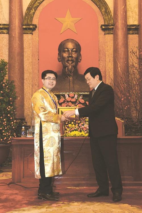 Chủ tịch nước trao quà